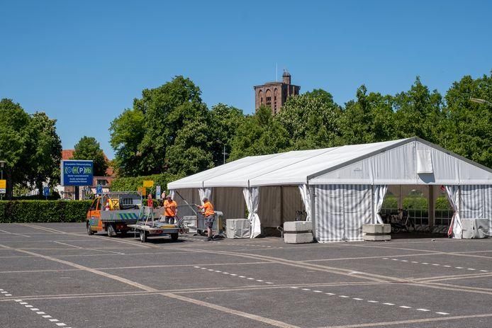 De tent op parkeerplaats Het Schootsveld staat in het van Rijkswege beschermd stadsgezicht van Elburg.