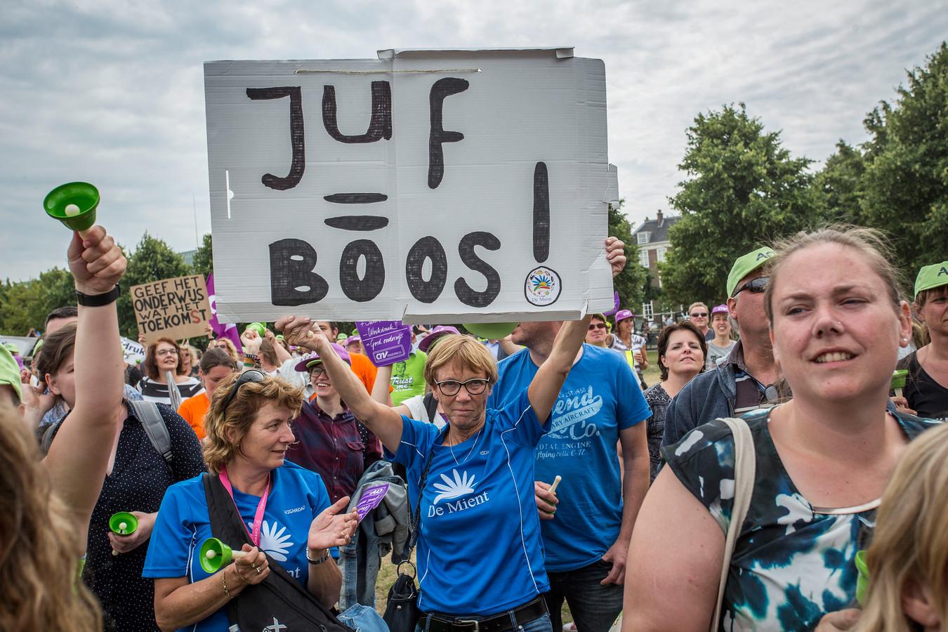 In juni stonden al duizenden leraren op het Haagse Malieveld om te protesteren. Donderdag leggen ze een hele dag het werk neer.