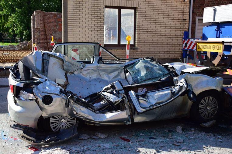 Bij het takelen van de auto werd pas echt duidelijk hoe zwaar de auto is verpletterd.