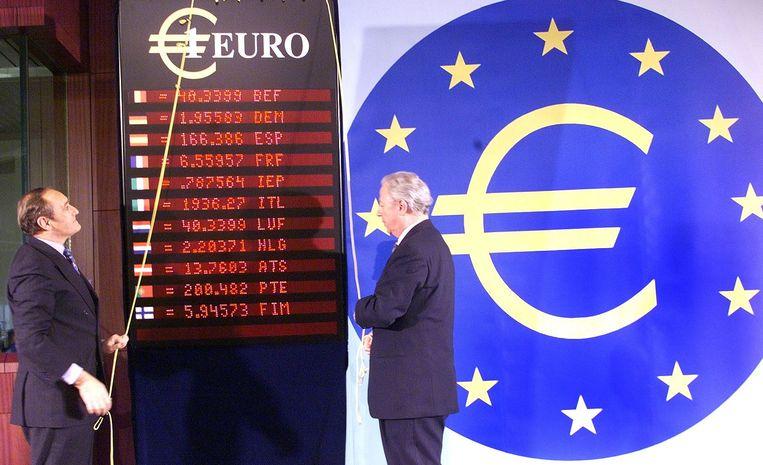 De president van de Europese Commissie Jacques Santer (rechts) en de eurocommissaris voor Financiën Yves Thibault de Silguy onthullen op 31 december 1998 de koersen die de waarde van de euro bepalen tegen de oude nationale munten die in Europa gebruikt werden.  Beeld AFP