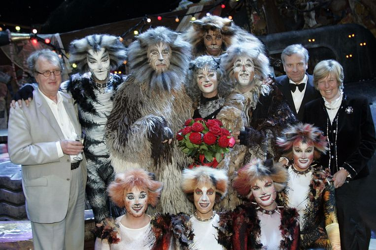 Met de cast van de musical Cats, 2006. Rechts voormalig politicus Jaap de Hoop Scheffer en zijn echtgenote. Beeld ANP