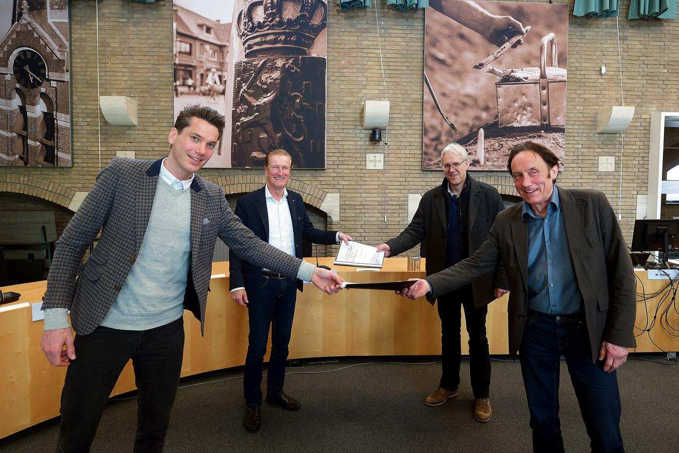 Wethouder Jeffrey van Agtmaal (linksvoor) ontving in maart een petitie voor behoud van schoolgebouw De Stappen in Hoogerheide. Dees Verbeek (rechtsachter) wil de gemeente nu gaan helpen met haar erfgoedbeleid.