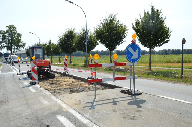 De aannemer startte met de opbraak van de beschadigde platen op de Aalstersesteenweg door de hitte.