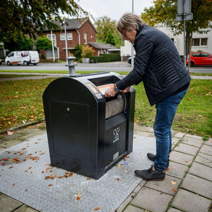 De grote afvaltruc wordt hier gedemonstreerd door fractievertegenwoordiger Roel Jaarsma van Lokaal Hengelo. Voor een prikkie kan hij tientallen zakken kwijt en meer.