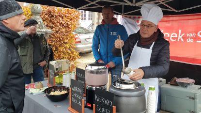 Burgemeester houdt marktbezoekers warm met soep en chocolademelk