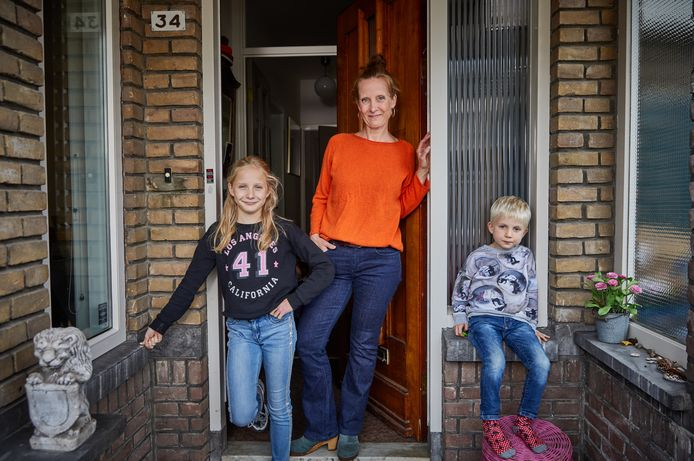 Marieke met haar kinderen Boris en Josefien bij hun huis.