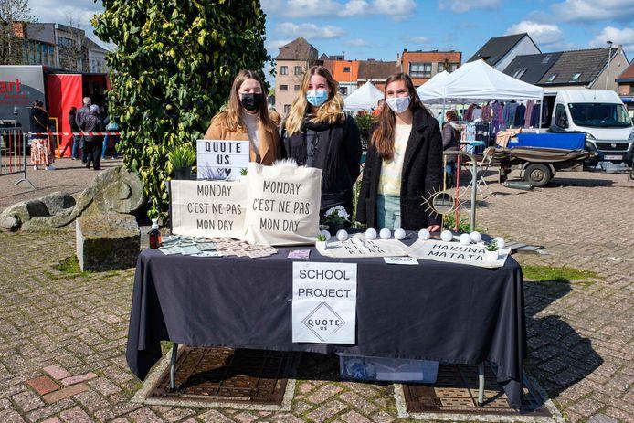 Alana Pastiels, Charlotte Veulemans en Lara Domingo van Quote Us, op de markt van Niel.