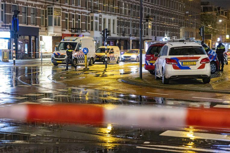 Hulpdiensten in de Ferdinand Bolstraat na de steekpartij op 21 mei. Beeld ANP