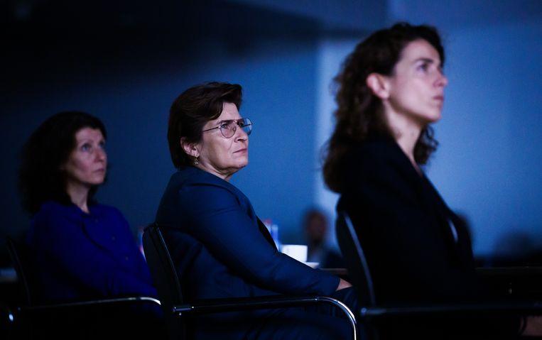 Esther Ouwehand (PvdD), Lilianne Ploumen (PvdA) en Sophie Hermans (VVD) tijdens de vertoning van Alleen tegen de staat in de Tweede Kamer.  Beeld Freek van den Bergh / de Volkskrant