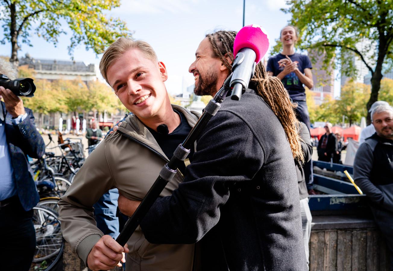 PowNed-verslaggever Dennis Schouten wordt in Den Haag omhelsd door Willem Engel, 29 september 2020.