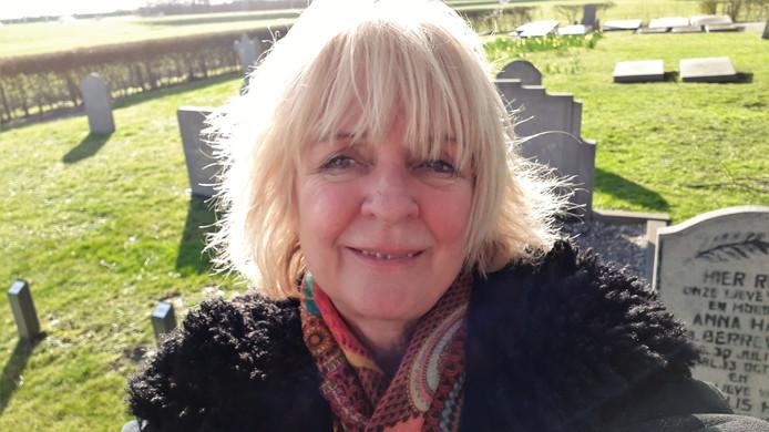 Jet van Gent op de oude begraafplaats van haar woonplaats Serooskerke (S), waar nog plek zat is.
