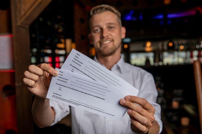 Bedrijfsleider Joost Rissewijck van Brasserie The Hangar in Teuge laat sommige groepen gasten een 'contractje' tekenen.
