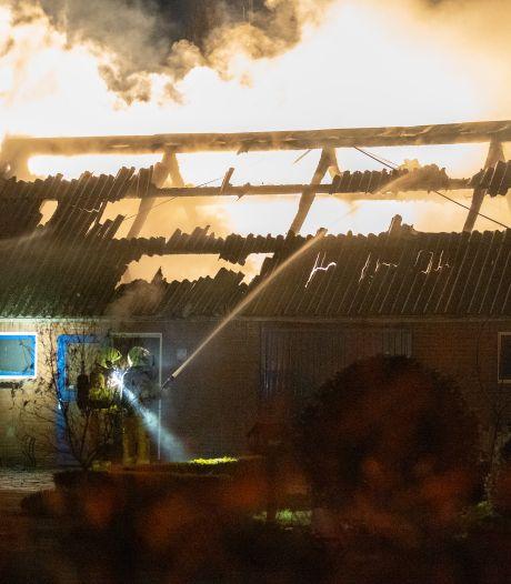 Schuur in Heeten volledig uitgebrand: mogelijk asbest vrijgekomen