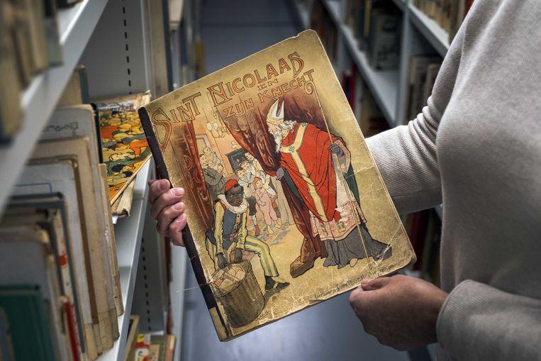 De boeken met Sinterklaas en Zwarte Piet zijn in de OBA in Amsterdam alleen nog op aanvraag in te zien.  Beeld ANP