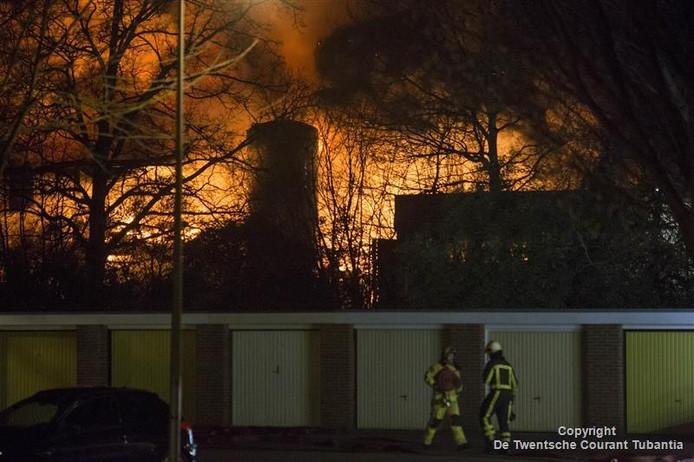 Brand bij de voormalige toetjesfabriek van Van der Poel aan de Turbinestraat in Hengelo.