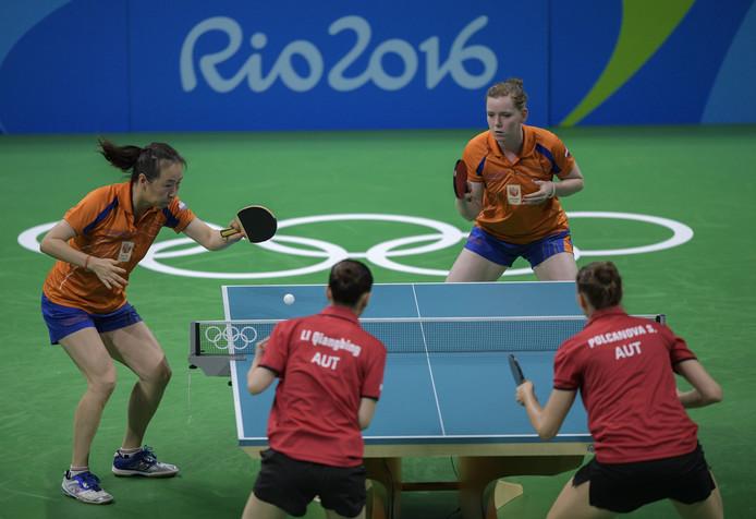 Li Jiao (l) en Britt Eerland tijdens de Spelen van Rio.