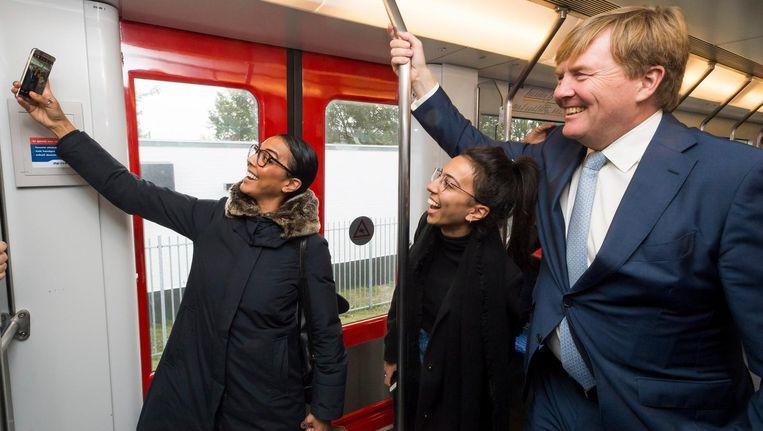 Een selfie met koning Willem-Alexander in de metro naar Zuidoost. Beeld anp