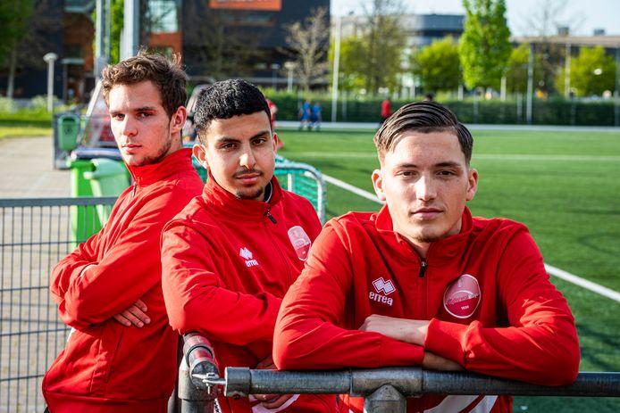 (vlnr) Julian Marktvoort, Yassine Bouchnafa en Samir El Messaoudi van Alphense Boys zijn gescout en worden profvoetballer.
