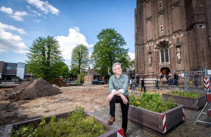 Architect Harvey Otten op het Wilbertsplein voor de kerk in Bakel.