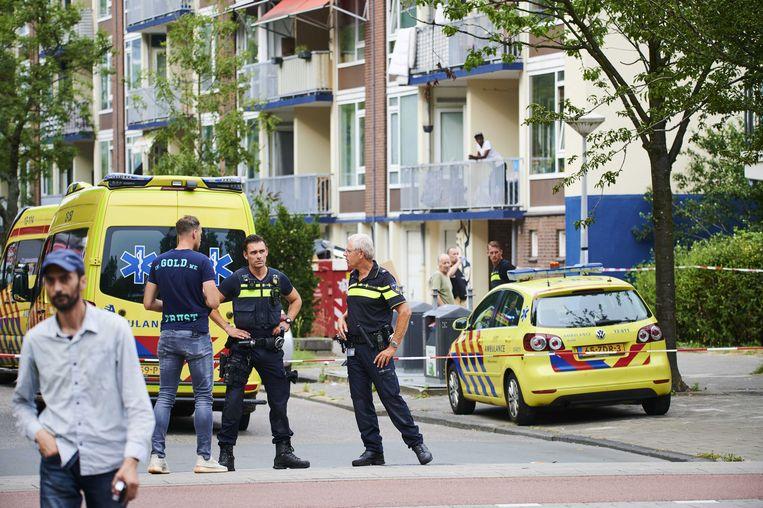 Politie en ambulances op de Honselersdijkstraat in Nieuw-West op 13 augustus 2020, nadat agenten de 23-jarige Duitse influencer Sammy Seewald hadden neergeschoten.  Beeld ANP