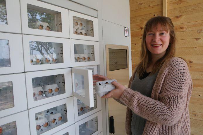 Shana aan de automaat waar de eitjes verkocht worden.