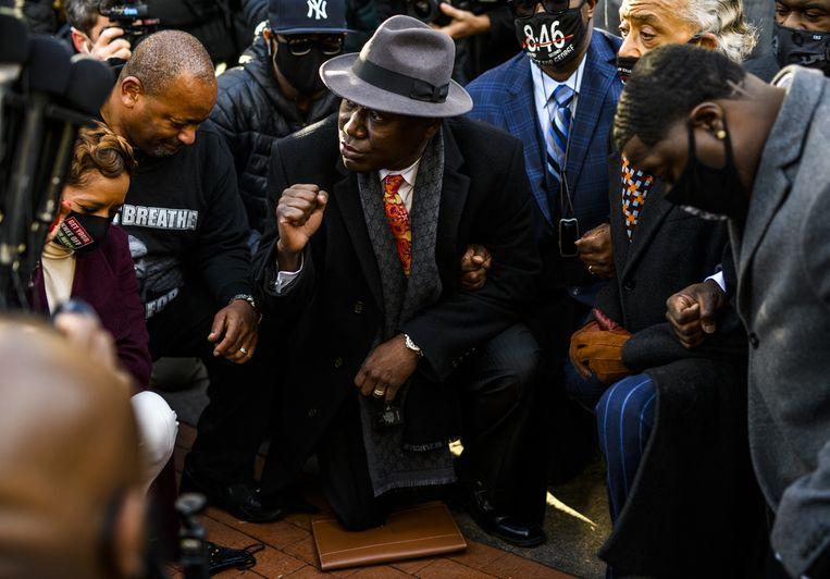 Links het woord 'breathe' op een T-shirt. Daar staat eigenlijk 'I can't breathe', de zin die Floyd bleef herhalen, terwijl hij stikte. Beeld Stephen Maturen / AFP