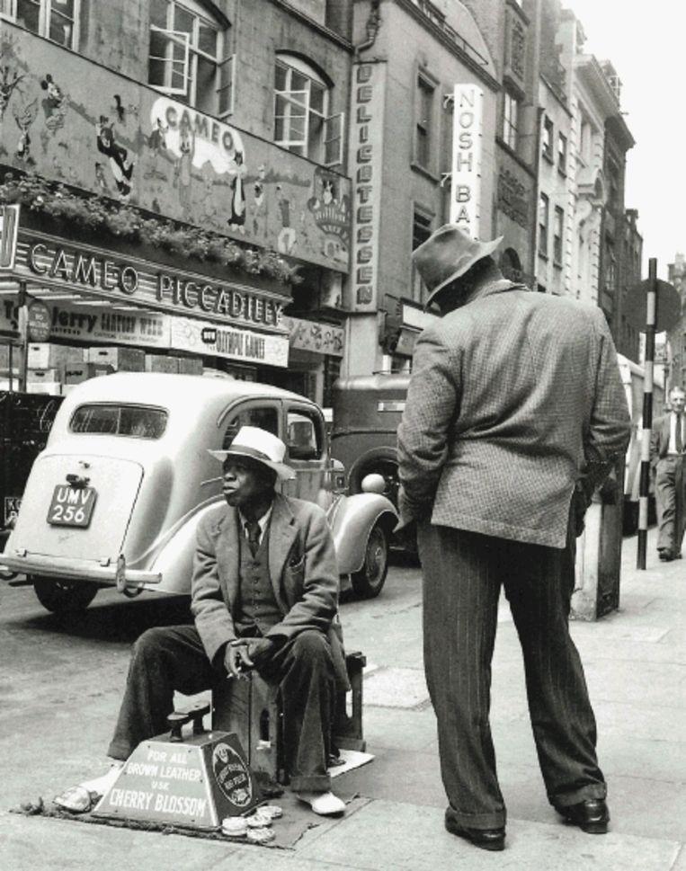 Immigranten uit West-Indië in de Londense wijk Soho. (Foto Bert Hardy/Uit: ?De eeuw van Engeland' ) Beeld