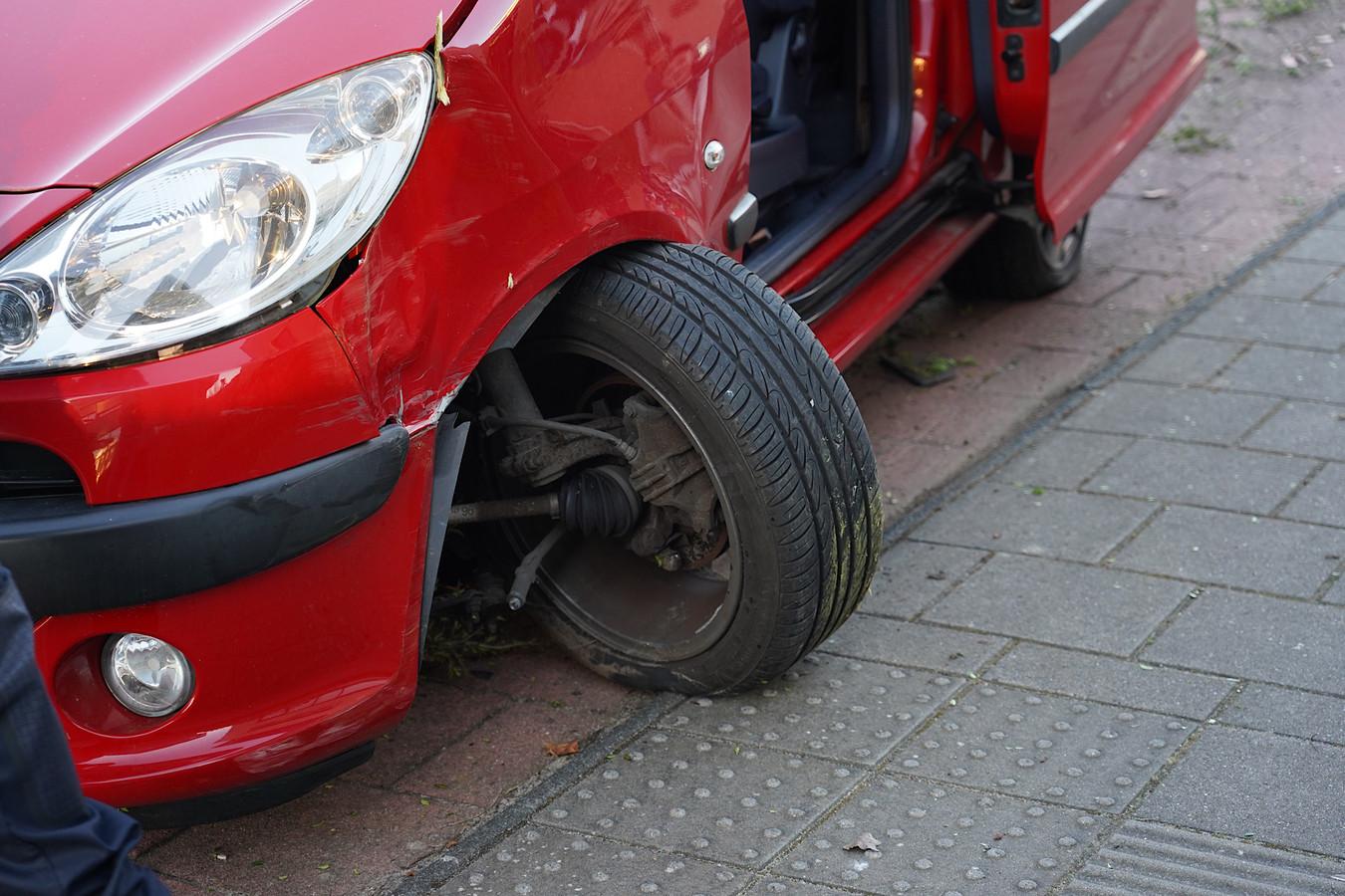 De auto raakte de boom met een harde klap
