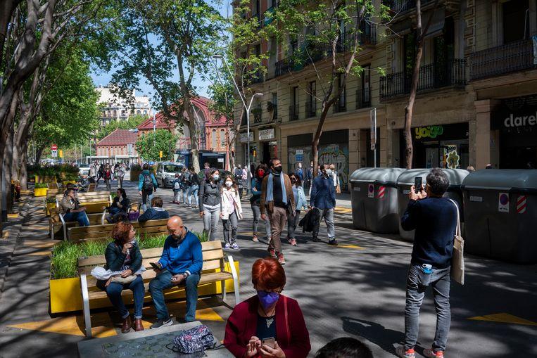 In de wijk Sant Antoni is ruimte gemaakt voor meer bankjes en heeft de auto minder ruimte gekregen. Beeld Carmen Secanella