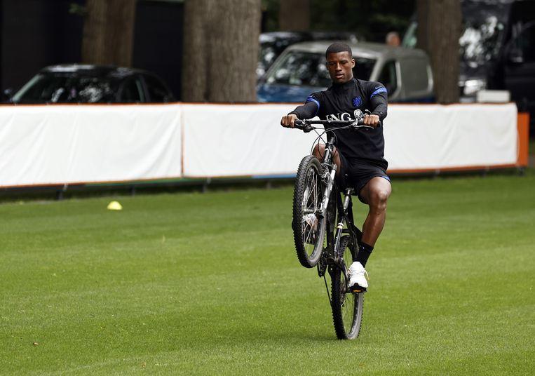 Georginio Wijnaldum op de fiets voorafgaand aan een trainingssessie van het Nederlands elftal in Zeist.  Beeld ANP