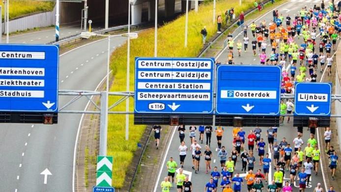 De hardloopster uit Amsterdam werd vlak voor de finish in Zaandam onwel en overleed later in het ziekenhuis.
