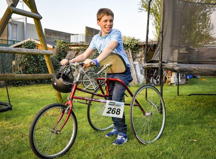 Zoon Daan op zijn race-loopfiets.