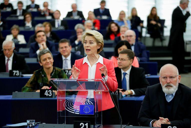 De nieuwe voorzitter van de Europese Commissie, Ursula von der Leyen, geflankeerd door vicevoorzitter Frans Timmermans, spreekt het Europees Parlement toe tegen de achtergrond van haar hele team. Beeld Reuters