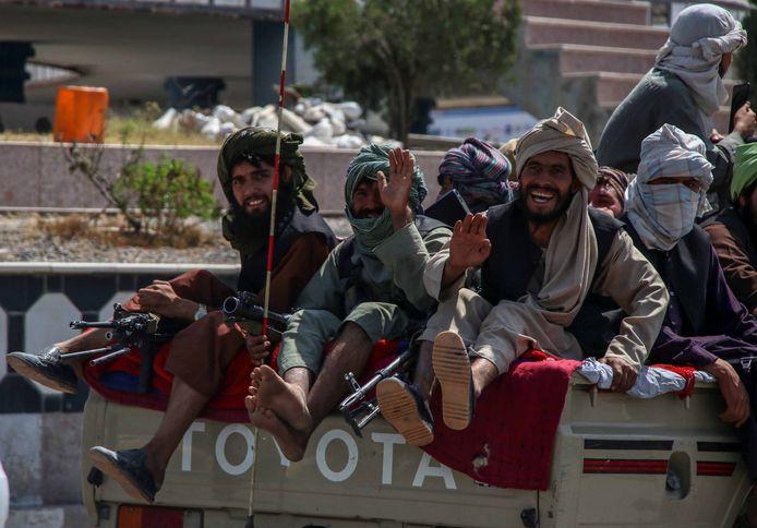 De taliban patrouilleren in Kandahar.