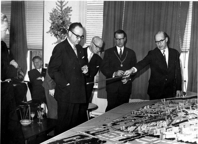 Burgemeester Hans baron van Tuyll van Serooskerken (met ambtsketen) bekijkt de bouwplannen van Zoetermeer.