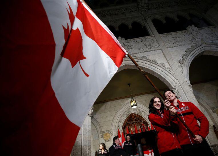 Schaatsers Tessa Virtue en Scott Moir zullen de Canadese vlag dragen tijdens de openingsceremonie van de Olympische Winterspelen in Pyeongchang.