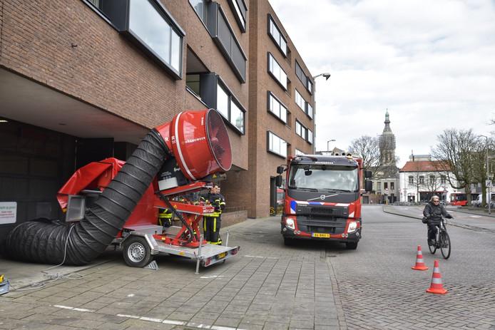 De brandweer ventileert de ondergrondse parkeergarage in Breda waar maandagochtend een man zwaargewond raakte door CO2-gas.