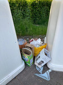 Afval gedumpt bij de glascontainers
