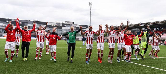 TOP Oss-spelers vieren de overwinning op FC Dordrecht.