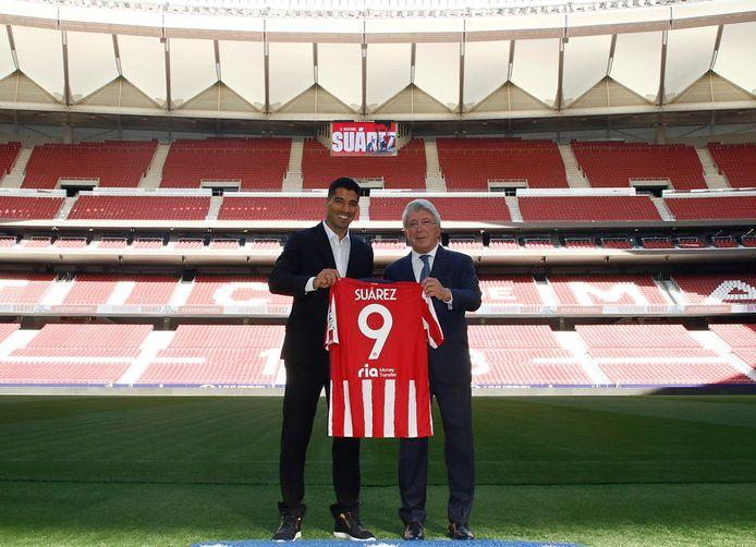 Luis Suárez (l) poseert met Atletico Madrid-president Enrique Cerezo.
