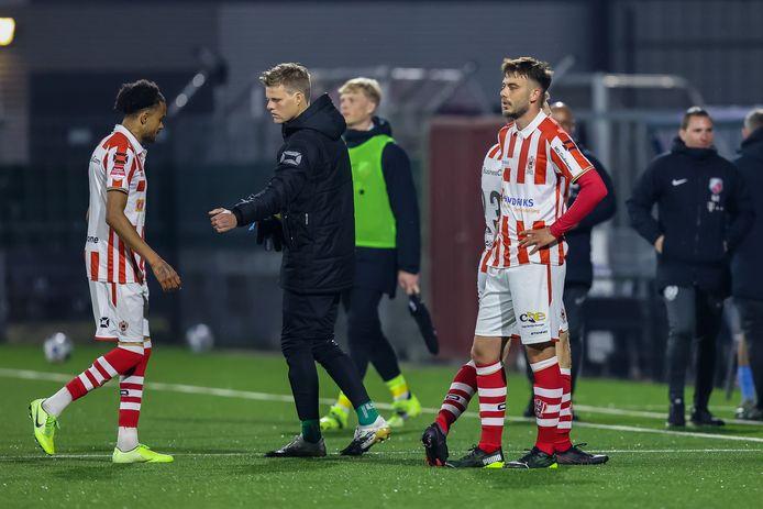 De teleurstelling druipt van de gezichten van de spelers van TOP Oss na afloop van de 0-4 nederlaag tegen Jong FC Utrecht.