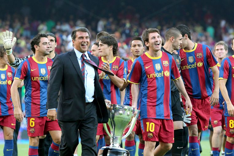 Ex-president Joan Laporta draagt met Messi de Champions League-beker in 2010. Laporta wil zich opnieuw kandidaat stellen voor het voorzitterschap.  Beeld EPA