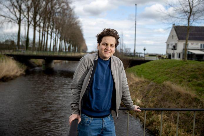 Thomas Huyghe aan het Leopoldkanaal in Sint-Laureins, een plek waar hij nog steeds graag terugkomt.