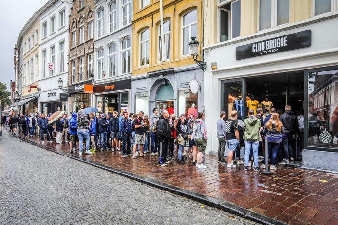 Een ellenlange rij supporters schuift aan om de Club Brugge City Shop in de Steenstraat te ontdekken.