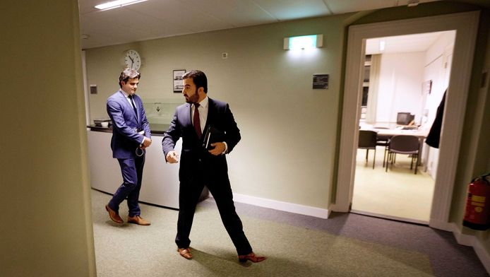 Tunahan Kuzu (links) en Selcuk Ozturk worden door de pers opgewacht na een urenlang PvdA-fractieberaad waar werd besloten dat zij de Tweede Kamerfractie van die partij moeten verlaten.