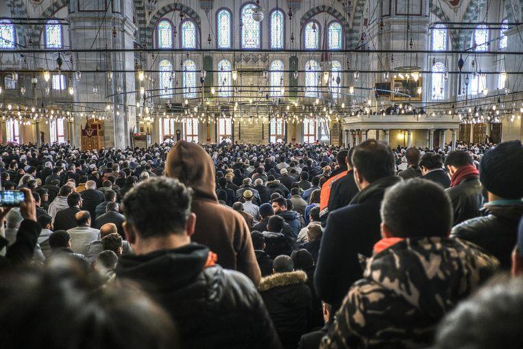 Een drukbezochte symbolische begrafenis van de vermoorde Saudische journalist Jamal Khashoggi in Istanbul, afgelopen vrijdag. Beeld Joris van Gennep