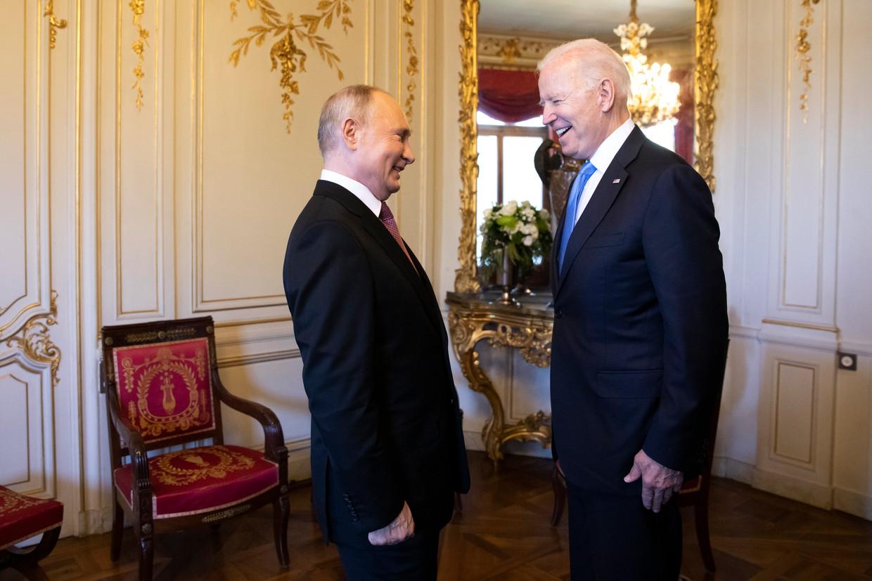 De Russische president Vladimir Poetin en de Amerikaanse president Joe Biden in Genève. Beeld AP