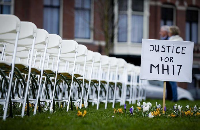 Nabestaanden van slachtoffers van de crash met vlucht MH17 houden een stil protest voor de ambassade van Rusland.