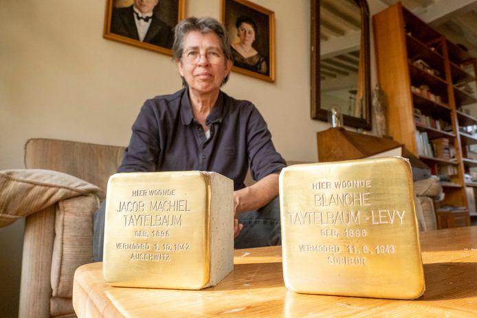 Marianne Gossije met twee stenen die in Veere komen ter herinnering aan Jacob Taytelbaum en zijn vrouw Blanche. Hij is vermoord in Auschwitz, zij in Sobibor.