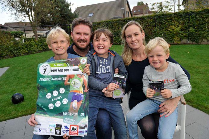 De familie Hoedemaekers met Simon (11), papa Steven (43), Pieter (9), mama Klaartje (36) en Emiel (5).